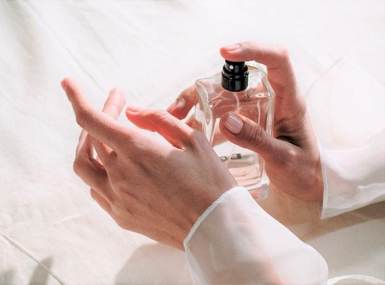 Hand spraying hemp perfume
